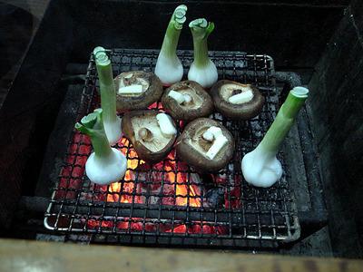 肉厚の椎茸と玉ねぎの一種も網焼きに