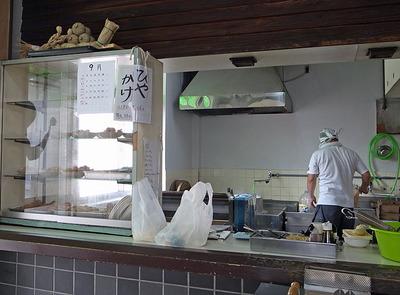 上田製麺所のカウンターと「ひやかけ」の貼り紙