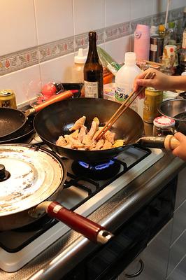 「啤酒鶏」を料理中