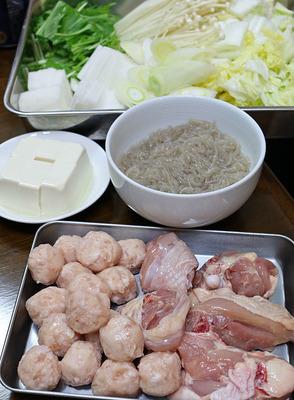 鶏の骨付きと鶏団子で「鶏の水炊き」