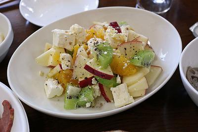 チーズとフルーツのサラダ