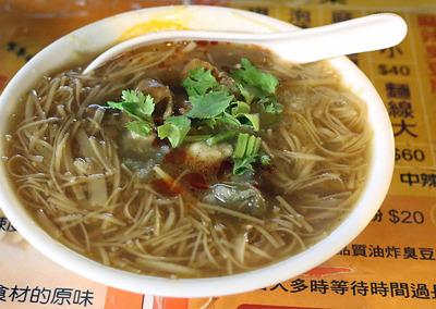 スープで素麺みたいな麺を煮込んだ「麺線」