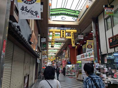 タイガース色一杯の尼崎の商店街を案内