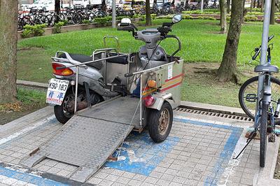 駅前に止まってた車イス用?バイク