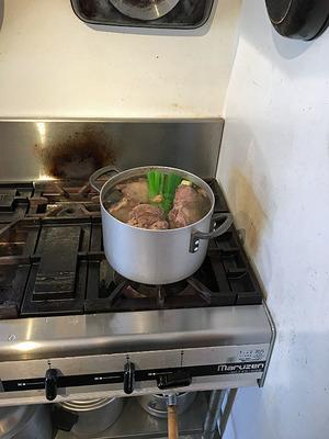 昆布水と香味野菜で茹で猪肉を仕込み
