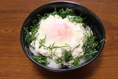 夏メニューの「豆腐丼」温泉玉子乗せ