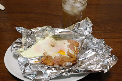 魚肉ソーセージを焼いてカレー粉と玉子