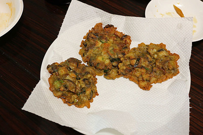こばやしさんの作る定番の「別館牡丹園風牡蠣のお好み焼き」