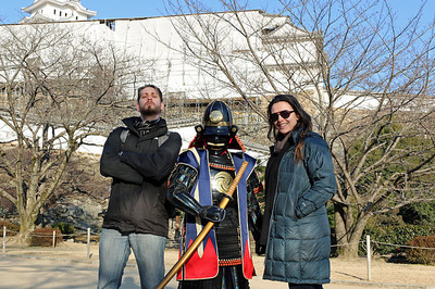 甲冑姿の人と写真を撮る客人